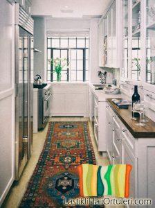 beyaz mutfak tasarımları ve lastikli halı örtüsü